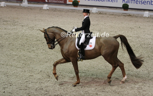 IMG_6999 Jessica von Bredow-Werndl u. Dante´s Peak 14 (Neumuenster 2016)
