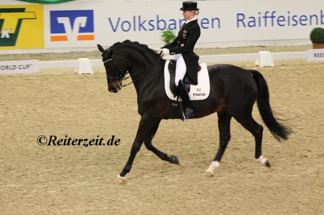 Jessica von Bredow-Werndl u. Unee BB (in Neumünster 2014)